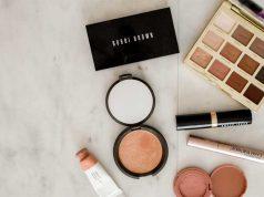 alat perlengkapan makeup kosmetik cewek traveling wajib harus dibawa praktis fungsi manfaat kegunaan kelebihan kekurangan untuk tampil cantik produk kecantikan