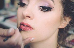 jenis macam warna lipstick cocok sesuai kulit merek branded kosmetik makeup bibir wanita cewek artis favorit paling disukai blogger