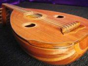 sejarah asal usul awal mula alat musik gambus hiburan lagu lirik arab timur tengah religi cara memainkan musisi group band penyanyi