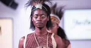 desainer pakaian busana indonesia kelas level internasional london fashion week terkenal merek branded model koleksi aksesoris etnik ciri khas papua noken tas ready to wear