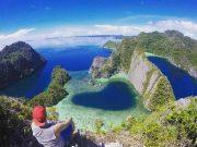 pulau misool atraksi tempat destinasi pantai terbaik paling bagus favorit terkenal papua pemandangan alami bukit laguna dekat hotel penginapan lokasi traveling pergi ke mana where to go arah