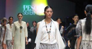 koleksi rancangan busana pakaian designer pesona sisterhood runway jakarta fashion week jfw 2019 terbaru merek branded terkini pakaian baju wanita pria kain bahan tradisional