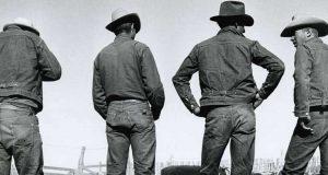 sejarah awal mula asal usul siapa penemu perusahaan pabrik produsen celana berbahan jeans jaket pakaian awet amerika serikat kualitas import fashionable trendy dari masa ke masa perkembangan zaman