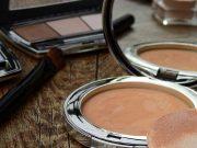 daftar jenis macam peralatan perlengkapan makeup artist kosmetik mua produk kecantikan wajib harus dibawa disimpan di tas wanita cewek bepergian traveling