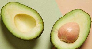 manfaat fungsi kegunaan khasiat buah alpukat kesehatan kecantikan kulit wajah masker jenis kandungan cara pemakaian bahan alami natural