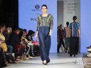 Wignyo Rahadi menampilkan koleksi berbahan kain Ulos Harangguan di Jakarta Fashion Trend 2020