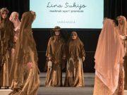 Desainer Lina Sukijo menampilkan koleksi pakaian muslimah di Amsterdam Modest Fashion Week 2019