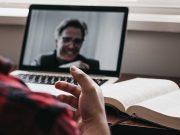 Tips langkah cara mengikuti konferensi video di rumah bekerja secara online agar berjalan dengan lancar