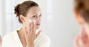 Manfaat fungsi kegunaan moisturizer pelembap wajah kecantikan kesehatan kulit cara pemakaian