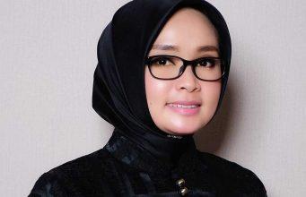 Bekerja sebagai makeup artist MUA profesional profil Dewi Tian jasa layanan tata rias penganting