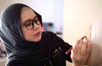 Ney Anggraeni merupakan makeup artist mua profesional yang membagikan pengalamannya